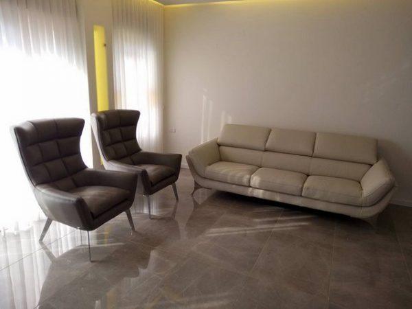 ספה תלת מושבית וכורסאות לובי
