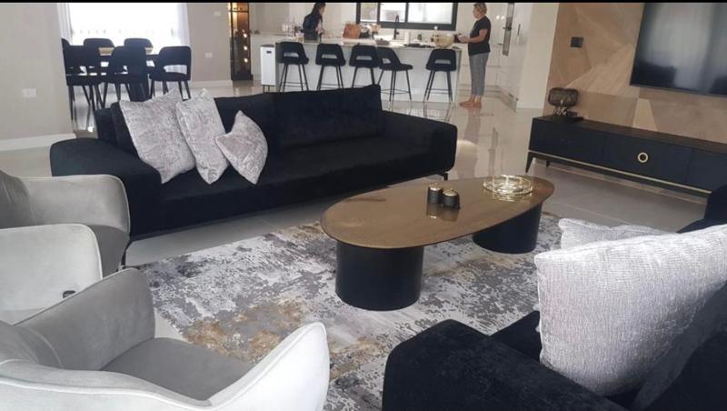 עיצוב חדר מגורים שחור אפור